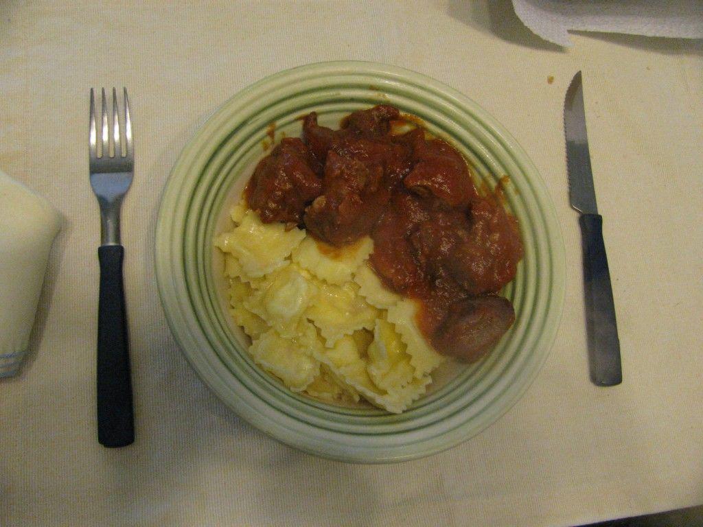 Plato listo de ravioles con estofado